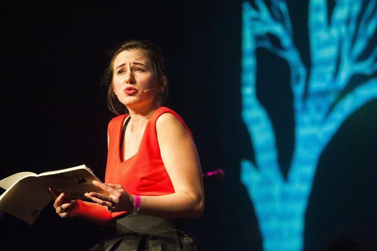 De Belgische dichteres Maud Vanhauwaert krijgt de hele zaal op haar hand. Beeld PHOTO_NEWS