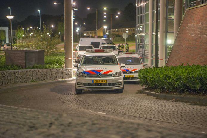 Politie doet onderzoek bij een appartement aan de Goudbaard in Bergen op Zoom, waar een vrouw is overleden na een geweldsincident.