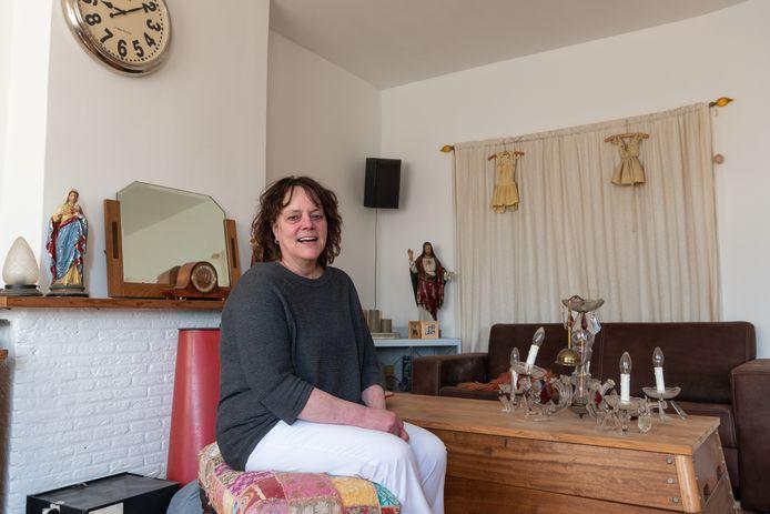 """Mia Bunskoeke in haar binnenkort te renoveren flatwoning aan de Orion: ,,Ik draai nachtdiensten en zie erg tegen die lange renovatie op."""""""