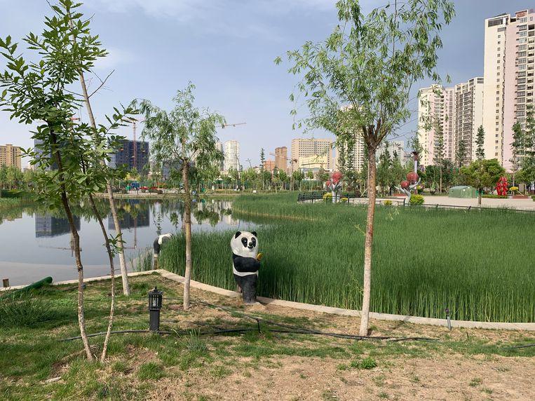 Plastic panda in het Happiness Park in Aksu. Beeld Eefje Rammeloo
