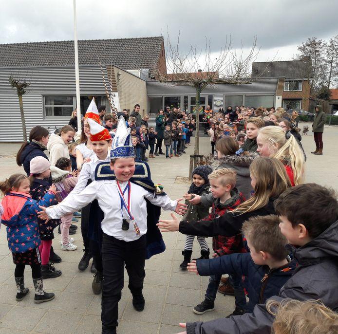 Prins Gijs loop met zijn adjudanten door een erehaag op het schoolplein.