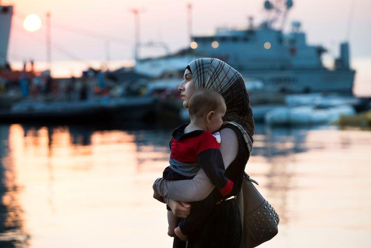 Een Syrische vrouw en haar baby voor het cruiseschip. Beeld AP
