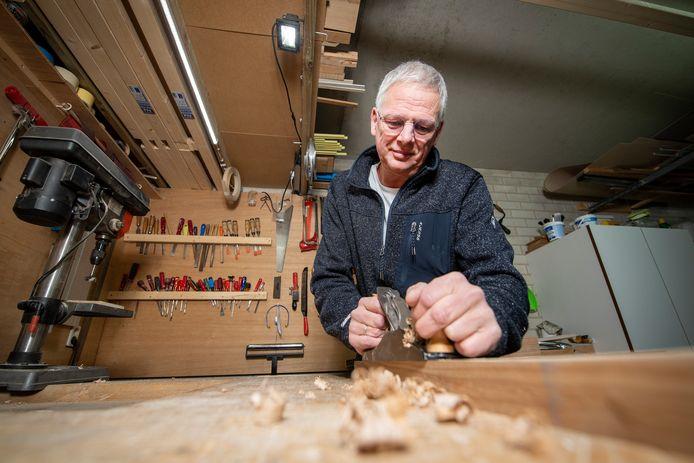 Hilbert Koster doet niets liever dan werken met hart, hoofd en handen. De werkloze projectleider volgde bij de Ambachtsacademie met succes de opleiding tot vakbekwaam meubelmaker.