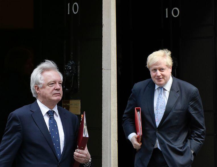David Davis (links) en Boris Johnson bij hun vertrek van Downing Street 10, de ambtswoning van de Britse premier. Beeld AFP/Getty