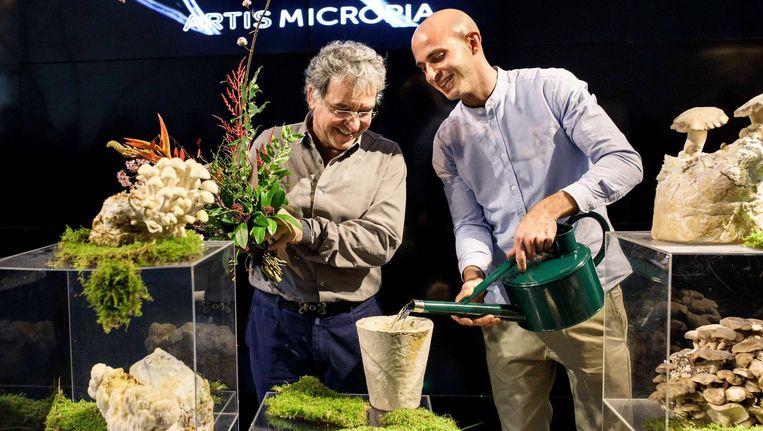 Artisdirecteur Haig Balian (l) en ontwerper Maurizio Montalti met een vaas die is gemaakt van schimmels Beeld Samuel van Leeuwen
