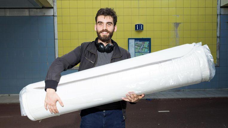 Nikola Culafic kocht een matras. Beeld Ivo van der Bent