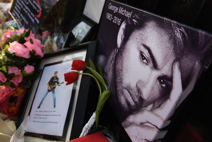 Gedenkplek voor het huis van de overleden zanger.