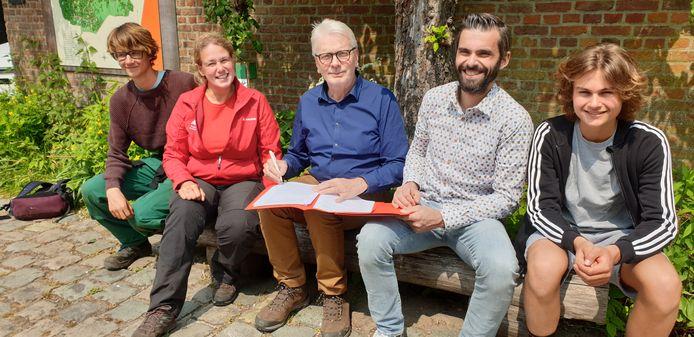 Gedeputeerde voor Groen- en Recreatiedomeinen Jan De Haes en directeur Jan Reymenants van Atheneum Heist ondertekenden tijdens Feest op het Erf een samenwerkingsovereenkomst.