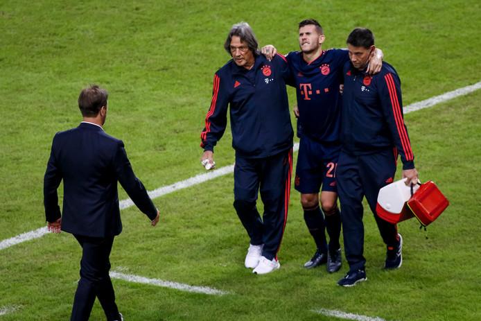 Lucas Hernandéz wordt van het veld gedragen na zijn enkelblessure tijdens Olympiakos - Bayern München (2-3) gisteravond in Griekenland.
