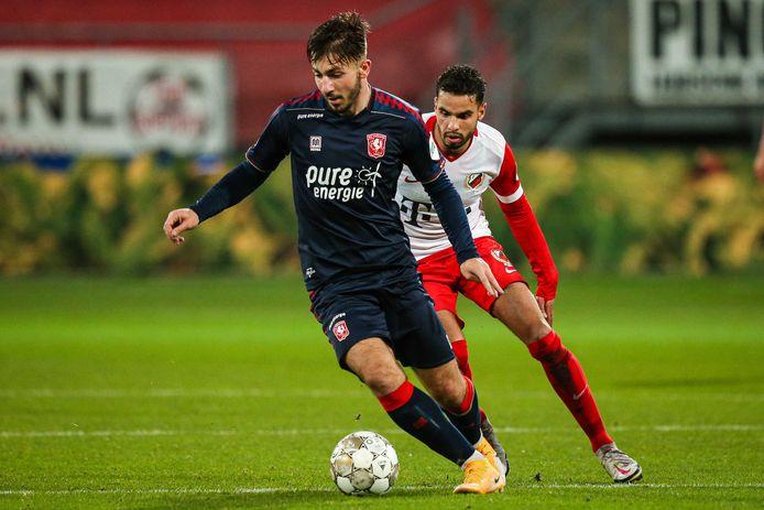 Halil Dervisoglu als huurling in actie voor FC Twente.