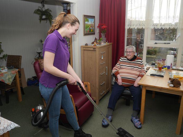 Merel (18) aan het werk in Huis ter Leede.