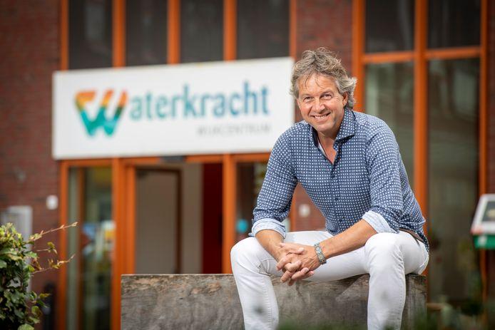 Mark Rietdijk, met op de achtergrond het buurthuis van Waterkwartier, Waterkracht. Een plek waar de buurtbemiddelaars vaak een inspreekmoment hebben waar mensen om hulp kunnen vragen.