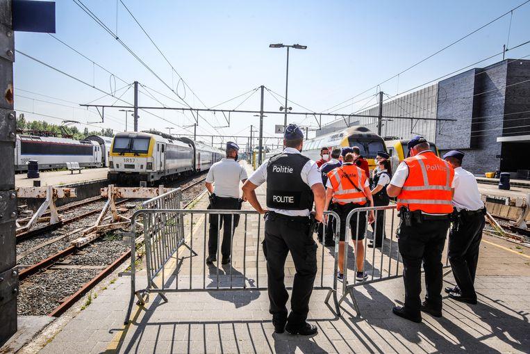 Politieagenten controleren in het station van Blankenberge. De kuststad nam maatregelen om relschoppers uit de badstad te weren. Beeld Benny Proot