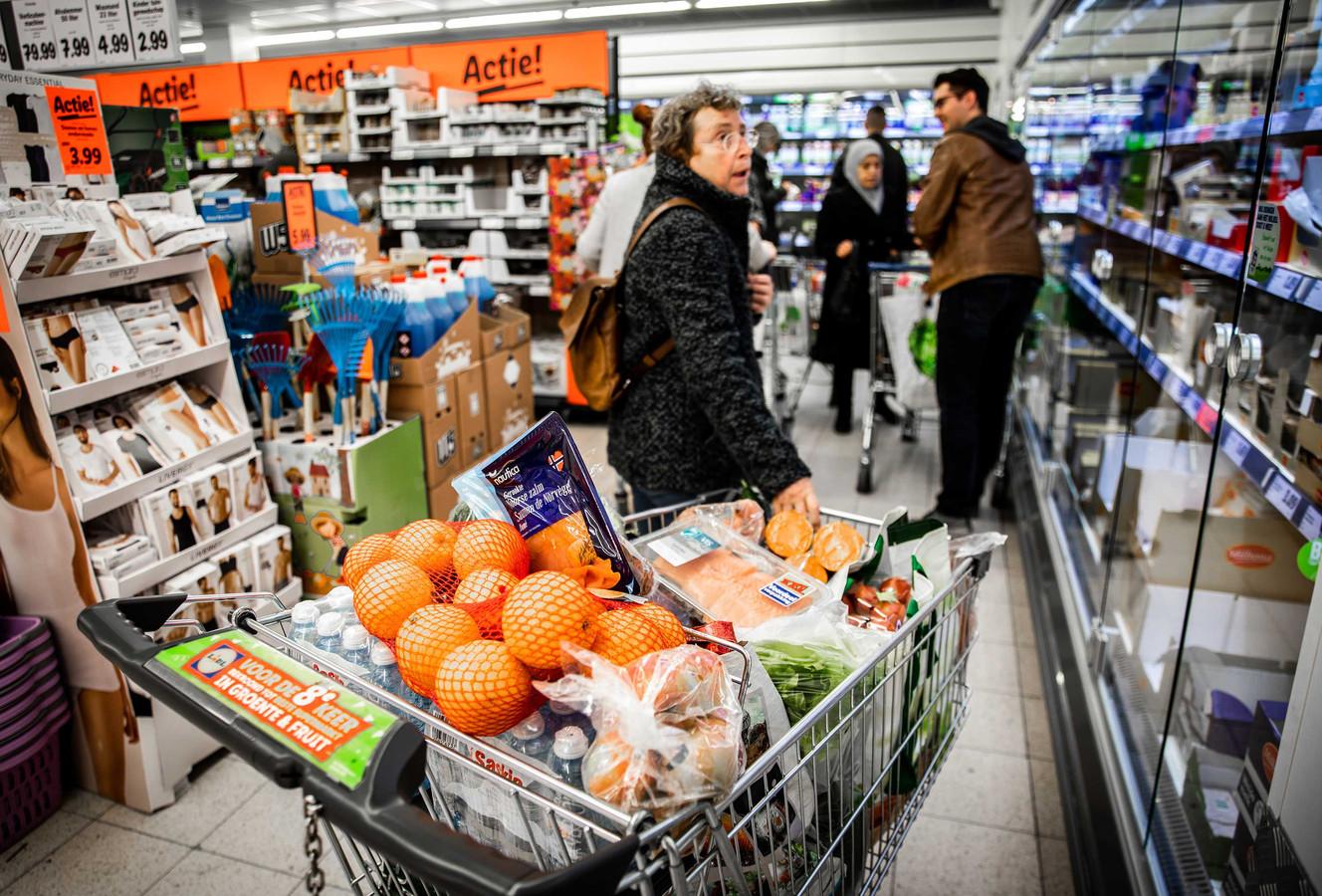 Klanten doen boodschappen bij de Lidl-supermarkt in Dordrecht. De winsten van supermarkten stegen tijdens de pandemie.
