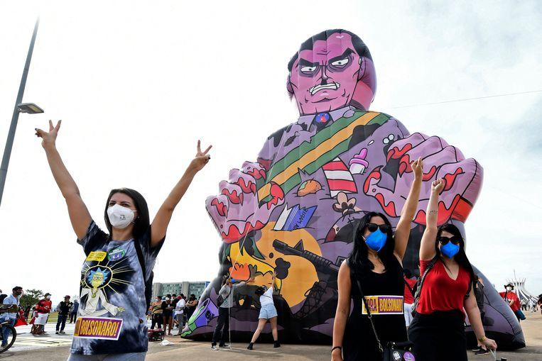 In Brasilia protesteren vrouwen tegen de manier waarop president Bolsonaro de pandemie aanpakt. Beeld AFP
