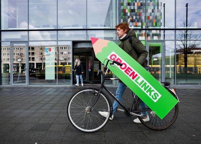 Student Koen Klomps (22) helpt de GroenLinks-campagne op het Utrecht Science Park een handje. Dagelijks zet hij de campagnefiets met daarop een groot GroenLinks-stempotlood op een andere plek in de studentenwijk.
