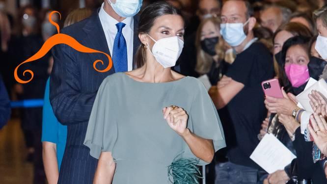 Spaanse koningin verscheen deze week in heerlijke verenjurk, mét sexy split