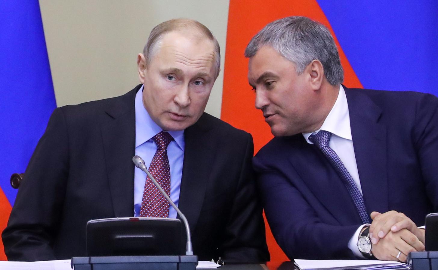 De Russische president Vladimir Poetin (links) en doema-voorzitter Vyacheslav Volodin.