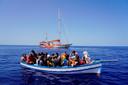 Later kwamen nog meer boten met mensen aan op het eiland.