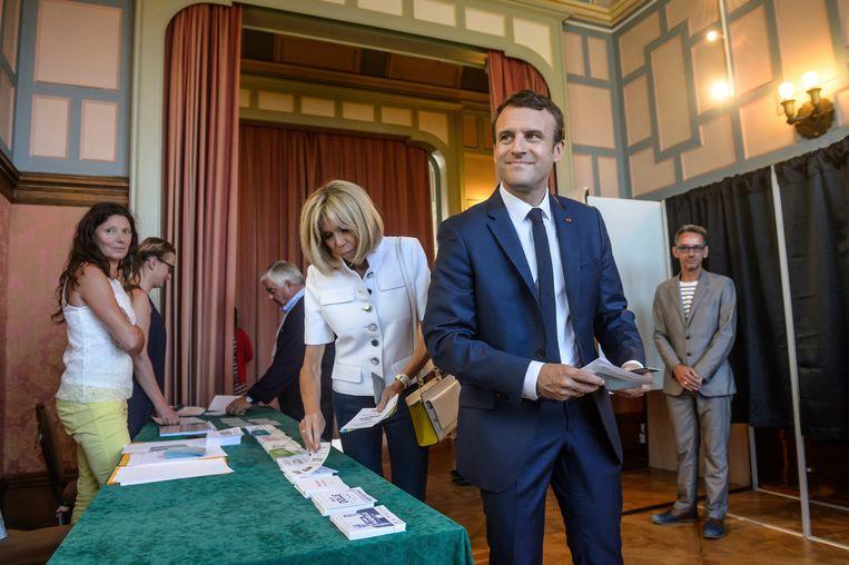 De Franse president Emmanuel Macron en zijn echtgenote Brigitte Macron stemden zondagavond in Le Touquet, Noord-Frankrijk, voor de Franse parlementsverkiezingen. Beeld AP
