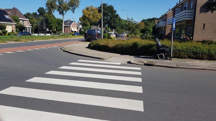 Een bestuurder van een elektrische rolstoel werd vanmiddag aangereden door een busje.