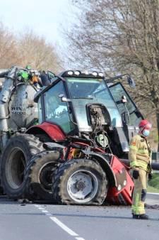 Flinke ravage bij botsing: tractor breekt doormidden