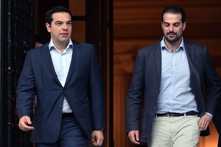 De Griekse premier Alexis Tsipras en zijn woordvoerder Gavriil Sakellaridis Beeld AFP