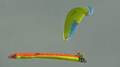 VIDEO. Verklede paragliders nemen het tegen elkaar op