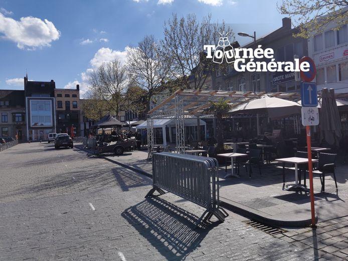 De cafés op de Grote Markt van Izegem palmden hun extra terrasruimte vrijdag al in.
