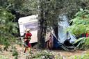 Een reddingswerker neemt de schade op op een verwoeste camping in het Zuid-Franse Saint-Julien-de-Peyrolas.