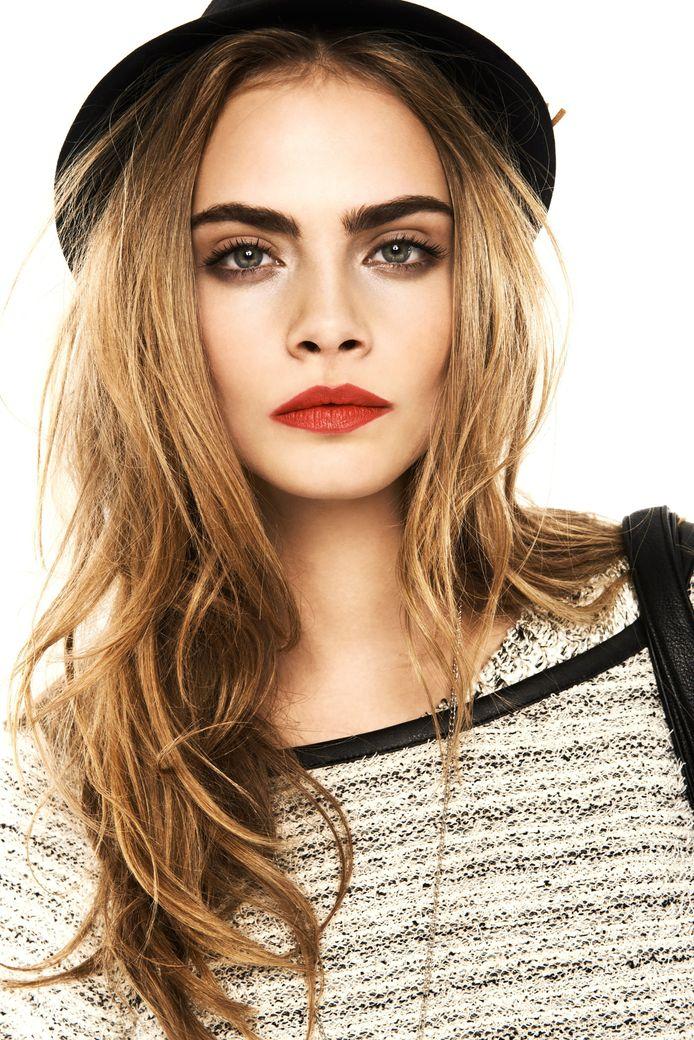 Super model Cara Delevingne staat bekend om haar volle wenkbrauwen.