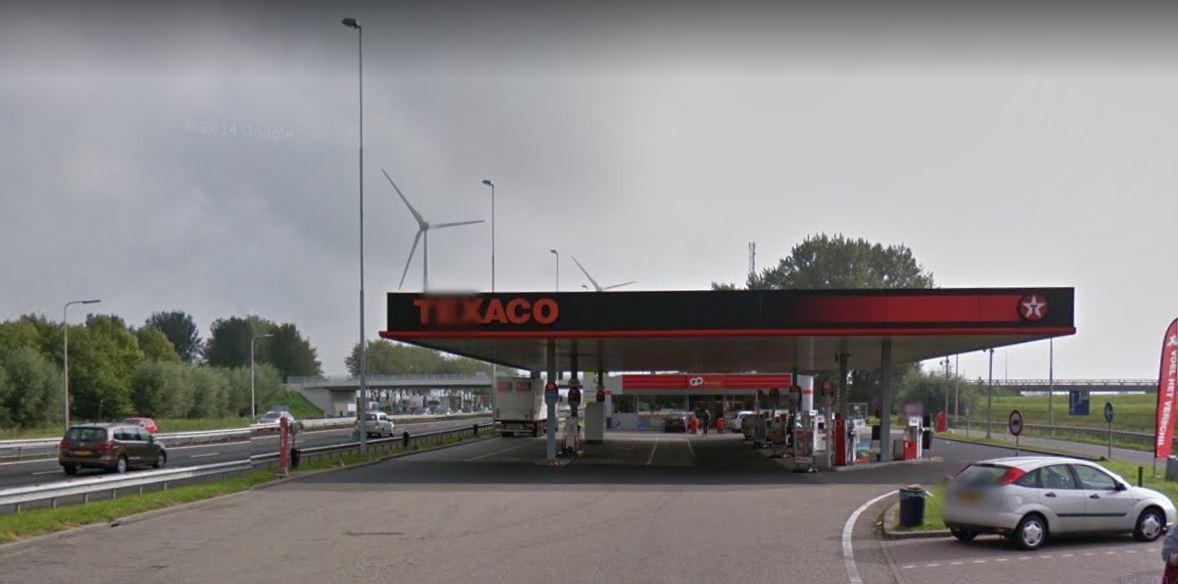Het ontvoerde slachtoffer trok bij een tankstation langs de A15 bij Hardinxveld-Giessendam de aandacht van bezoekers.