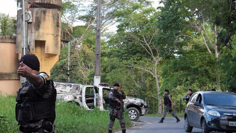 De militaire politie zoekt naar gevangenen die zijn ontsnapt. Beeld AFP