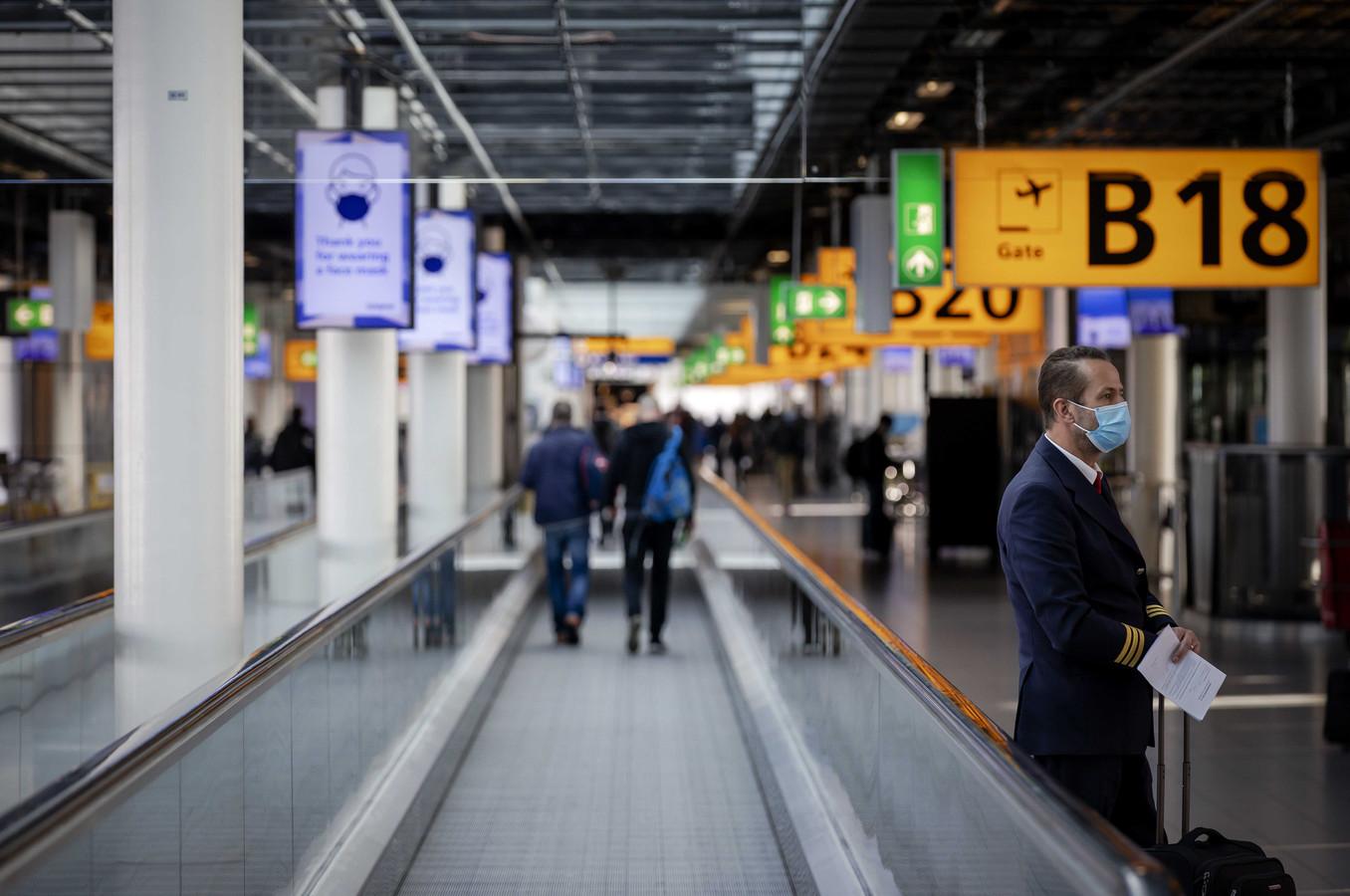 Schiphol Airport, vanwege de tweede coronagolf geldt er een dwingend negatief reisadvies voor reizen naar het buitenland.