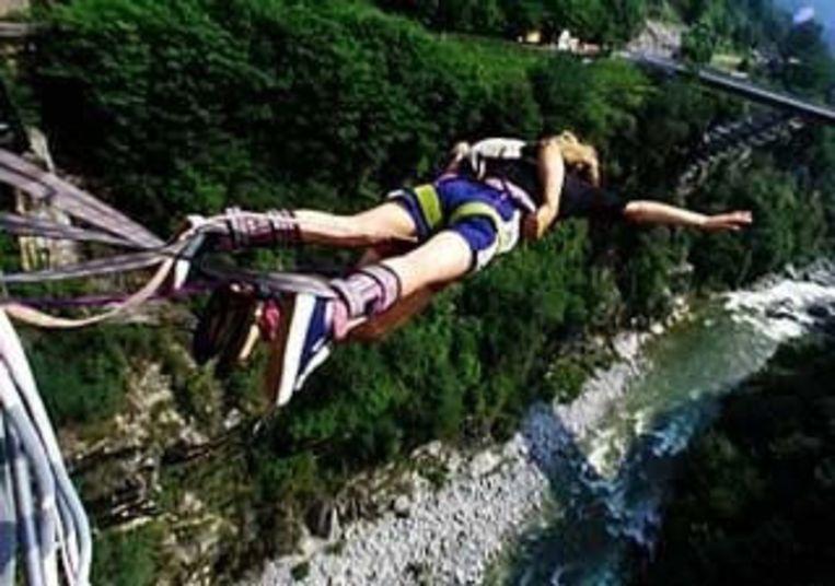 In de vallei van Verzasca kunnen waaghalzen een 70 meter diepe bungeejump maken. Beeld UNKNOWN
