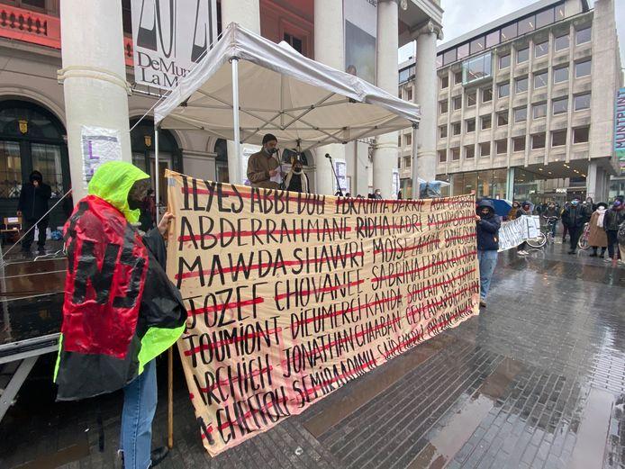 Ondanks de regen kwamen tientallen mensen naar de 'open tribune' voor de Muntschouwburg.