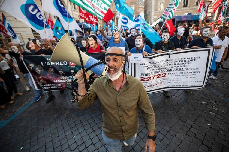 Werknemers van Alitalia protesteren in Rome tegen de doorstart van de vliegtuigmaatschappij. Er verdwijnen naar verwachting veel banen en de salarissen gaan fors omlaag. Beeld EPA