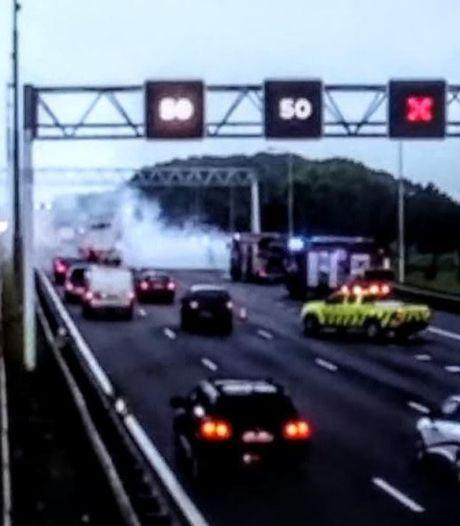Vrachtwagen in brand op A29 bij Barendrecht