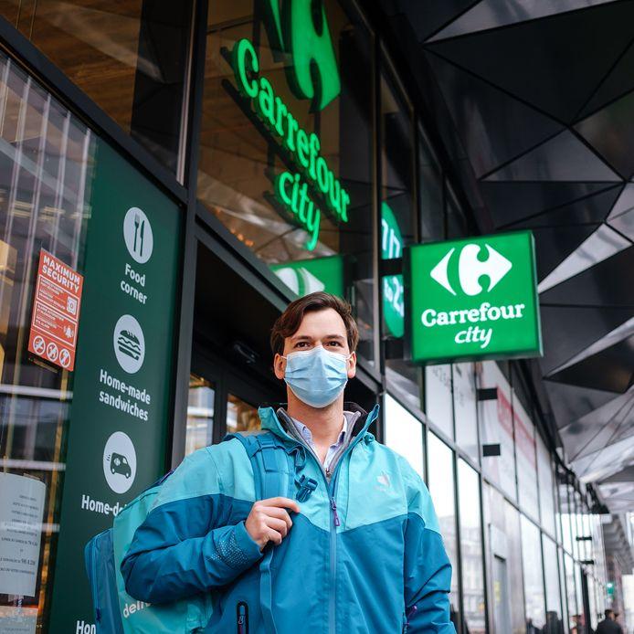 Winkelketen Carrefour en maaltijdbezorger Deliveroo - u kent ze wel, die fietskoeriers met een turquoise kubus op hun rug - zetten het systeem van thuislevering en afhaalboodschappen op zijn kop.