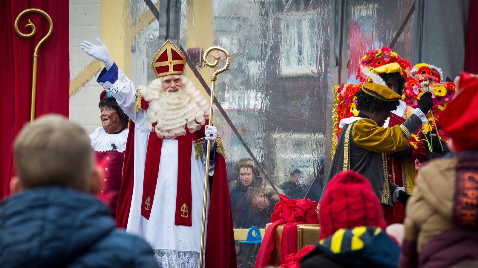 Sinterklaas arriveert  in het centrum van Maassluis in 2016.