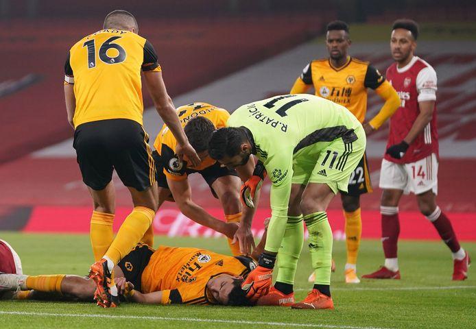 Raúl Jiménez ligt buiten bewustzijn op het veld na zijn botsing met David Luiz.