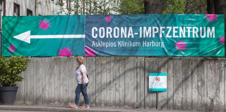 In Hamburg telde het vaccinatiecentrum in een week tijd ruim tweeduizend mensen die probeerden voor te dringen. Beeld Markus Scholz/dpa