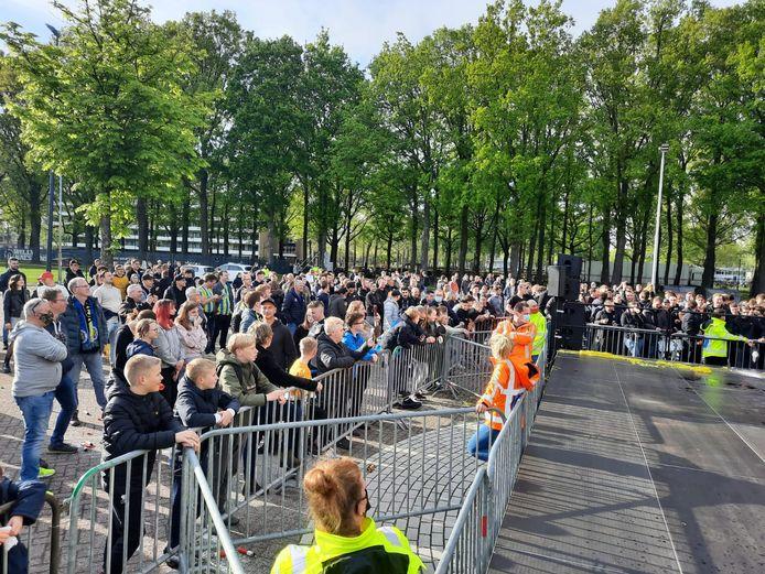 Supporters van RKC trokken naar het stadion om de handhaving van de Waalwijkers te vieren.