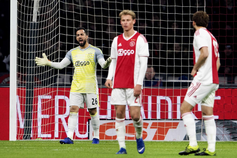 Kostas Lamprou, de vervanger van André Onana in het doel van Ajax, kreeg vier treffers om zijn oren.