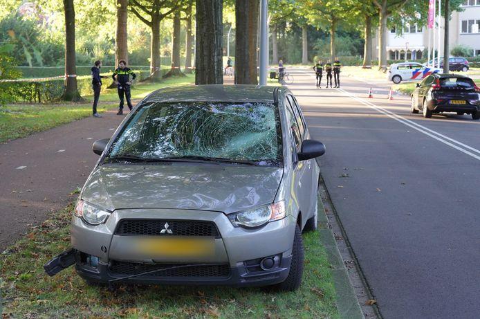 De auto die betrokken raakte bij het ongeluk met de fietsster is flink beschadigd door de klap.