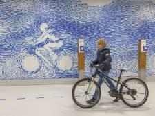 Enorme ondergrondse fietsenstalling bij station Zwolle vanaf vandaag open: Brend (9) kijkt zijn ogen uit