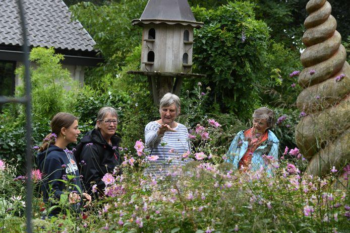 Bezoekers aanschouwen de tuin van Joke Knol.