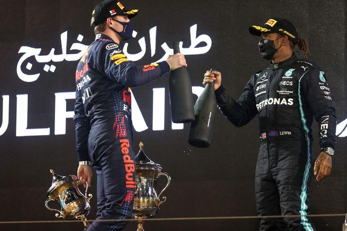 Lewis Hamilton met Max Verstappen op het podium na de GP van Bahrein.