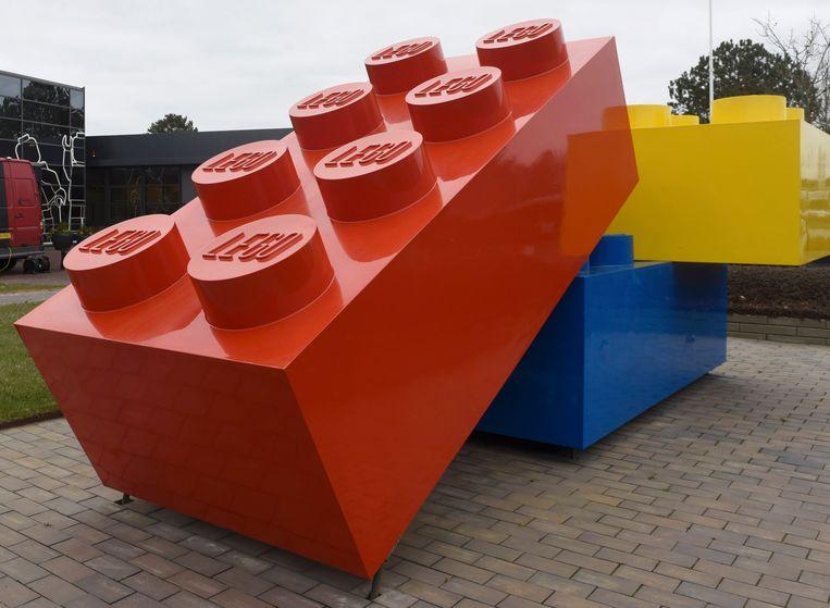 Legosteentjes voor het hoofdkantoor van Lego in Billund, Denemarken. Beeld Reuters