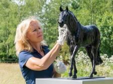 Overleden wonderpaard Totilas vertoont zijn kuur in de beeldentuin van Brigitte Boss uit Speuld